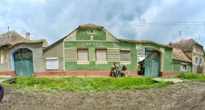gdzieś w Siedmiogrodzie właściwym. Przykład typowej saskiej zabudowy wsi. Razem z typowymi mieszkańcami. Niemcy, Wegrzy czy Rumuni? Wg mnie Niemcy ale zgaduję :)