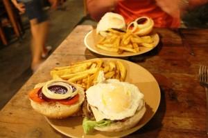 Nasz pierwszy burger z burakiem i jajkiem! Alleycats
