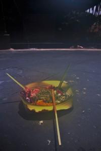 O poranku, wszędzie pełno talerzyków z liści z darami dla bogów