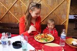 Obiad po drodze, tuż przy granicy słowacko-węgierskiej, kuchani węgierska niezbyt smakowała Leosiowi :)