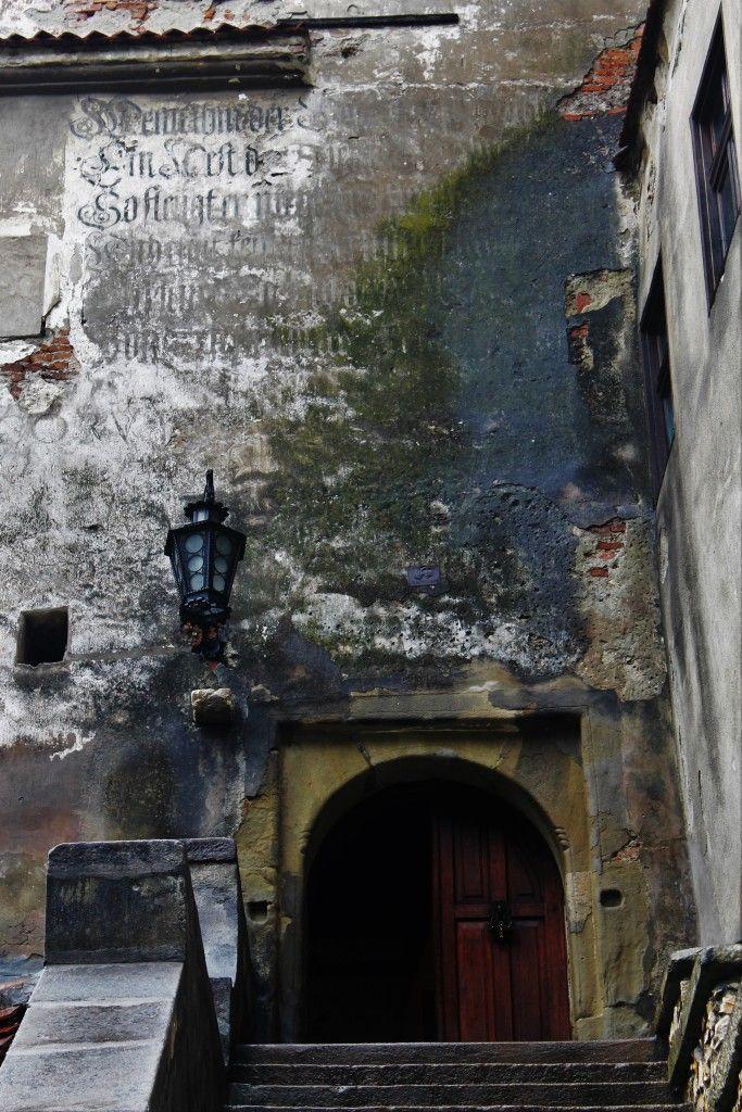 Wejscie do Zamku Bran- napisy na ścianie robią niezły klimat!