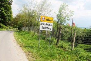 dwujezyczna tablica z nazwą miasta, niemiecki i rumunski