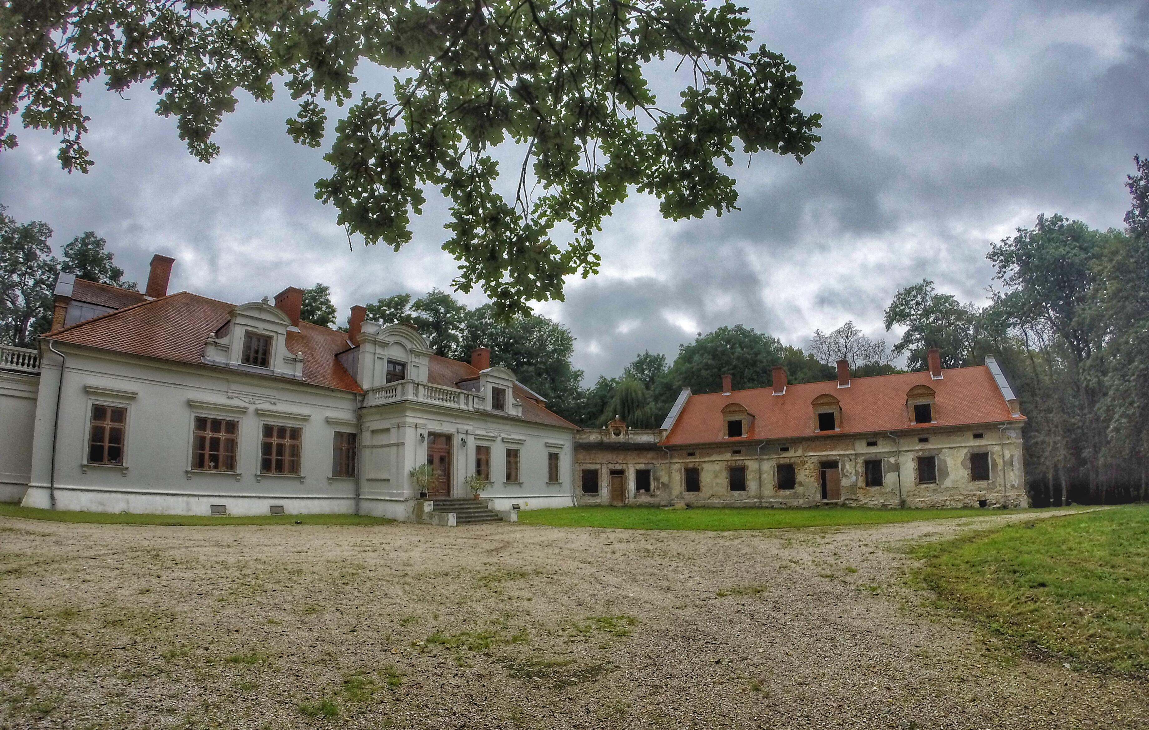 Właściwy DOM, czyli dworek w Sichowie, w trakcie restauracji To tutaj mieści się słynna Biblioteka Radziwiłłów.